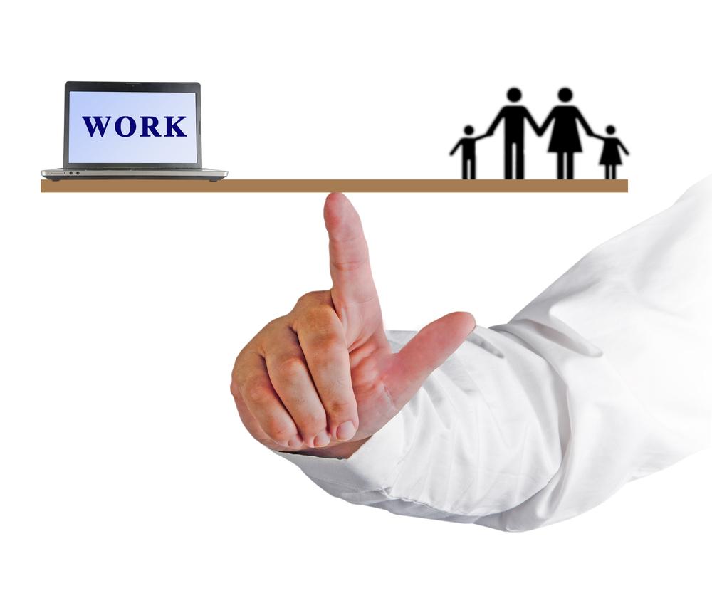 Các ông bố thường cân bằng công việc với gia đình