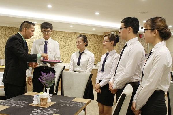 Sinh viên học Du lịch và quản lý nhà hàng