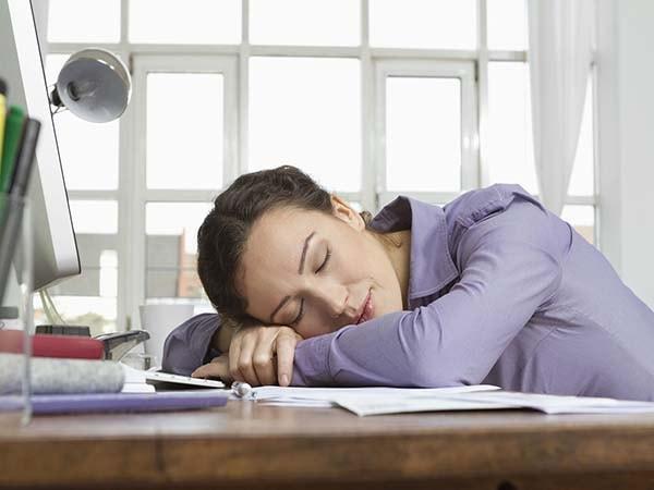 Mẹo hay giúp bạn chống lại cơn buồn ngủ nơi làm việc