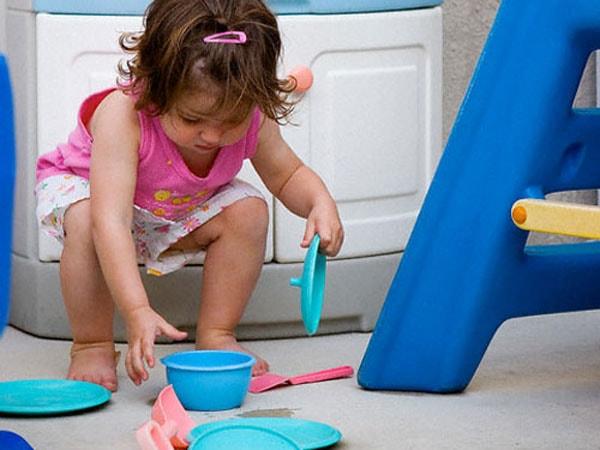 Trẻ tự cất đồ chơi sau khi được hướng dẫn nhiều lần