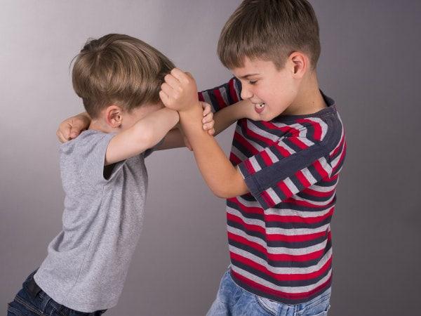 Đánh lại bạn thể hiện bé dũng cảm nhưng không nên khuyến khích bé làm điều này