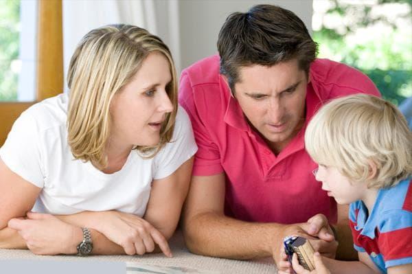 Phụ huynh nên khuyến khích con kể lại về việc bị bắt nạt để tìm ra nguyên nhân mới có thể giải quyết triệt để vấn đề