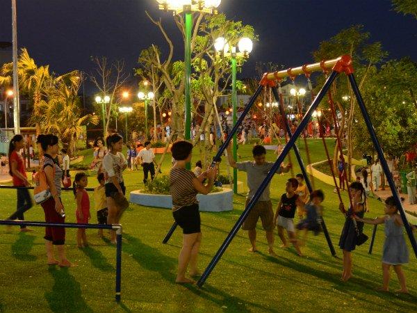 Cho trẻ tham gia hoạt động vui chơi hòa đồng với mọi người
