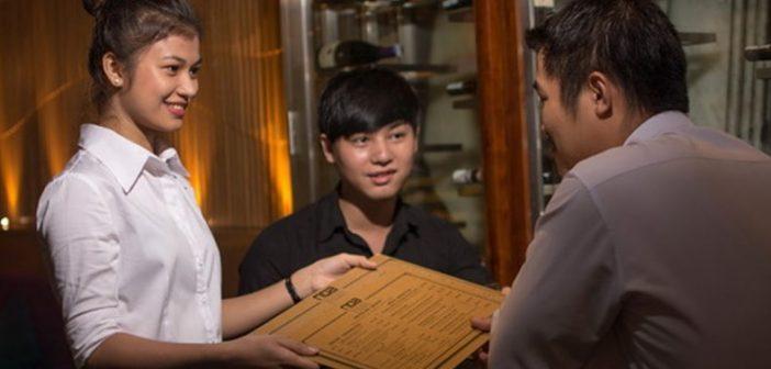 Được và mất khi sinh viên làm công việc phục vụ bàn tại nhà hàng