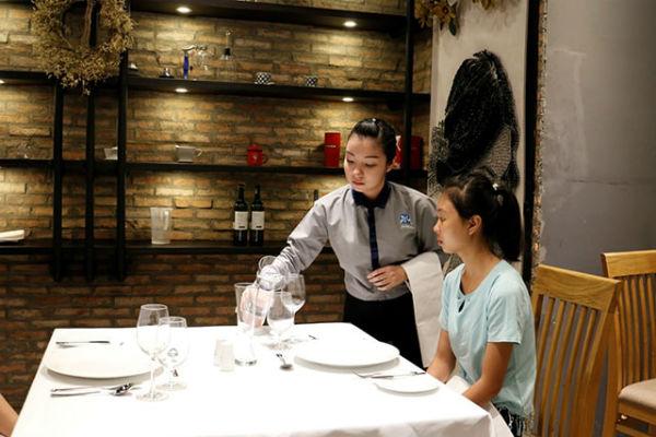 Xử lý sự cố phát sinh là kỹ năng cần có khi làm phục vụ bàn