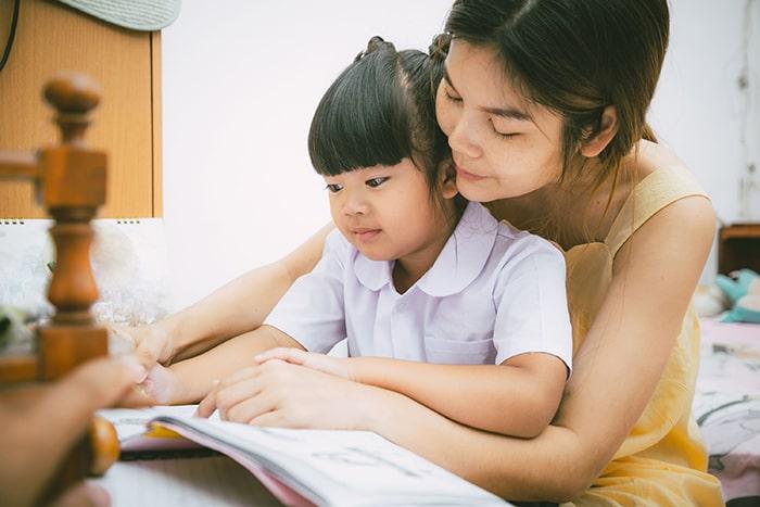 Cha mẹ cần tạo cho con không gian học tập yên tĩnh, thoáng mát.