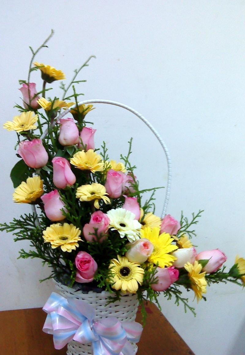 Cắm hoa kiểu lưỡi liềm là 1 trong số các thế cắm hoa cơ bản